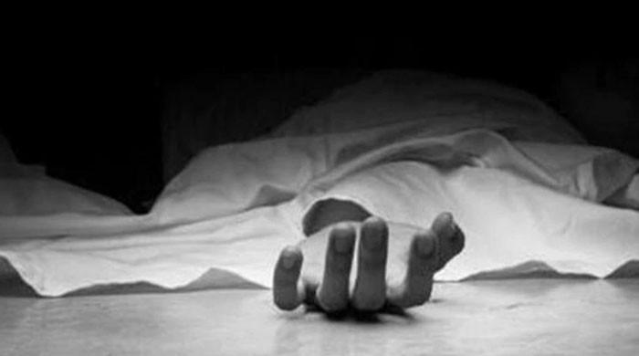 غربت کی وجہ سے خودکشی: 'بابا نے شربت میں کچھ ملاکر ہمیں بھی دیا'، بیٹی کا بیان