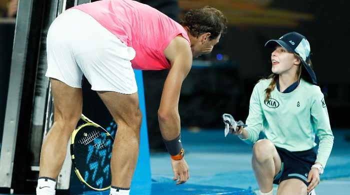ٹینس اسٹار رافیل نڈال نے لڑکی کے سر پر گیند دے ماری