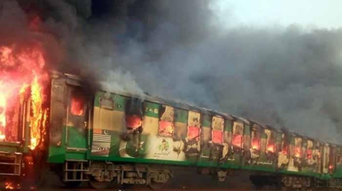 سانحہ تیز گام: ٹرین میں آگ شارٹ سرکٹ سے لگی، سی ای او ریلوے