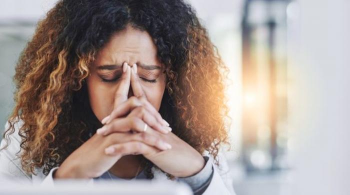 جانیے! رونے کے بعد سَر میں شدید درد کیوں ہوتا ہے؟