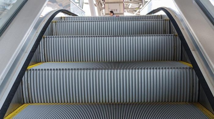 برقی سیڑھیوں میں لکیر نما نالیاں کیوں ہوتی ہیں؟