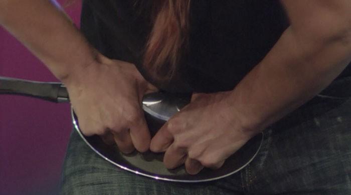 خاتون نے ایک منٹ میں ہاتھوں سے 7 فرائی پین موڑ کر عالمی ریکارڈ قائم کردیا