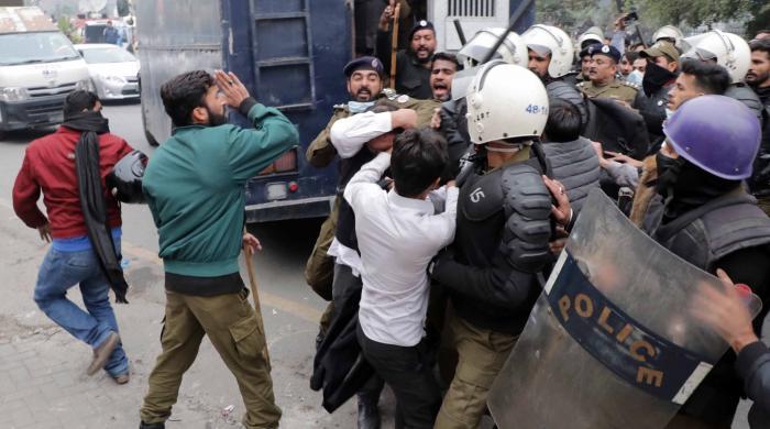 لاہور: وکلاء کا پولیس پر تشدد، ڈکیتی کے ملزم کو چھڑا لیا