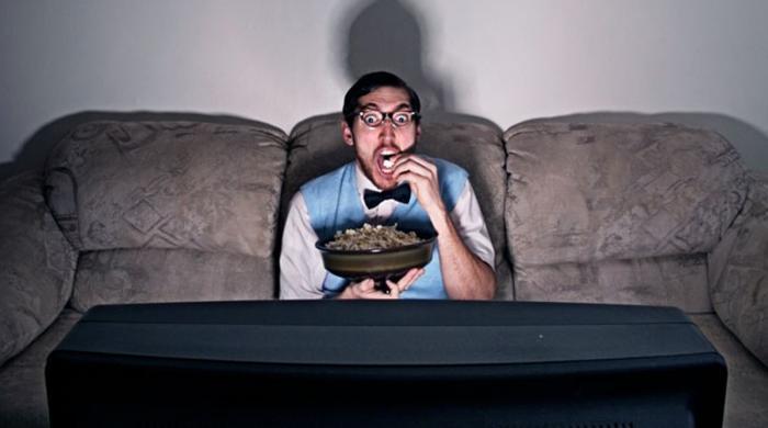 گھنٹوں ٹی وی یا لیپ ٹاپ کے سامنے بیٹھنےکے نقصانات جانیے