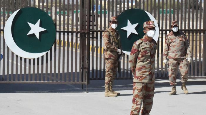پاکستان کے گرد کورونا کے سائے