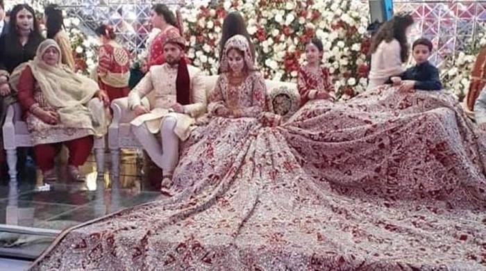 پاکستانی دُلہن کا اسٹیج پر پھیلا 100 کلو وزنی لہنگا سوشل میڈیا پر زیر بحث