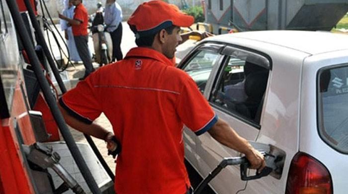 پاکستان میں پیٹرول کی قیمت میں20 روپےفی لیٹر تک کمی کا امکان