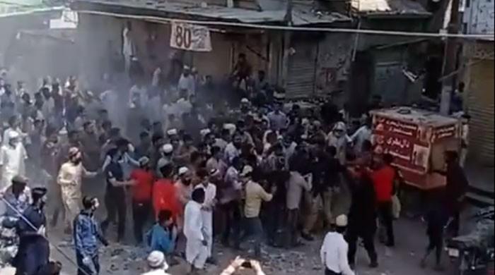 نماز جمعہ سے منع کرنے پر نمازیوں نے پولیس اہلکاروں پر حملہ کردیا