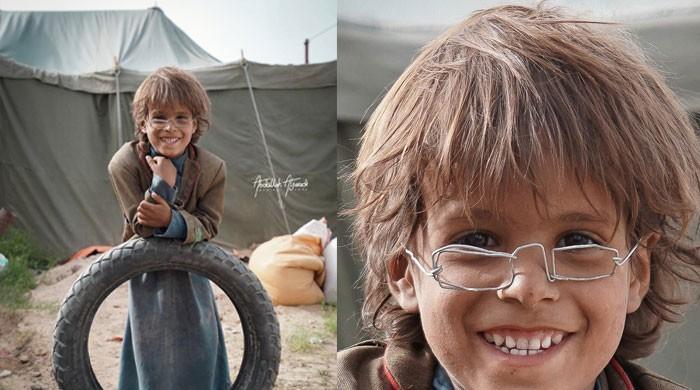 مصنوعی ٹیڑھی میڑھی عینک نے یمنی بچے کو تحائف سے مالا مال کردیا
