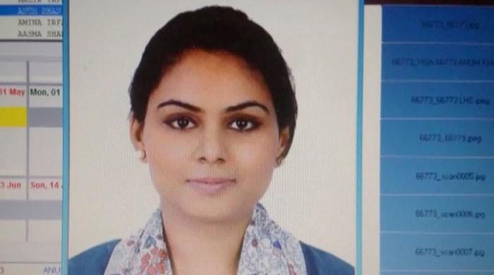 عین روانگی کے وقت ائیرہوسٹس مدیحہ اکرم کو طیارے سے اتار لیا گیا