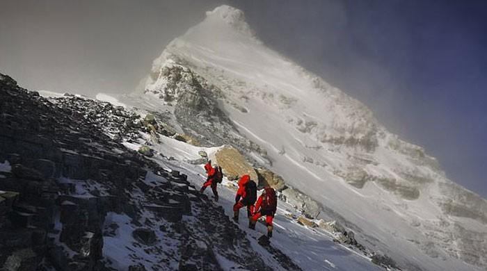 ماؤنٹ ایورسٹ کی پیمائش کیلئے چینی ٹیم دنیا کی بلند ترین چوٹی پر پہنچ گئی
