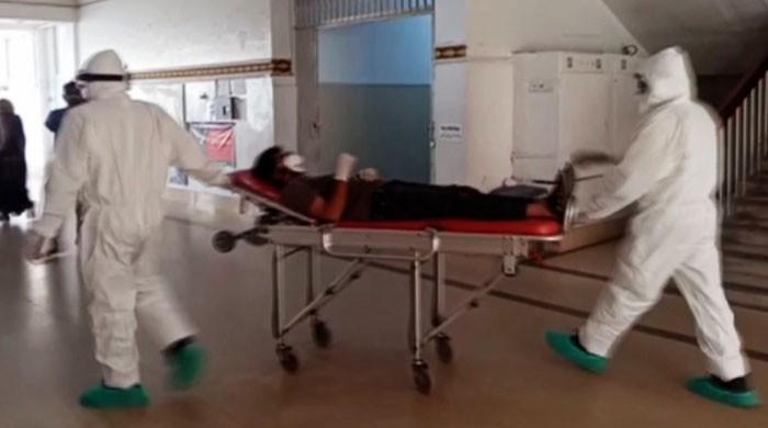 کراچی کے نجی اور سرکاری اسپتالوں میں کورونا کے وارڈز بھرگئے