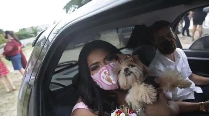 کورونا وبا کے دروان آن لائن شادیوں کے بعد اب 'ڈرائیو تھرو شادیاں' ہونے لگیں