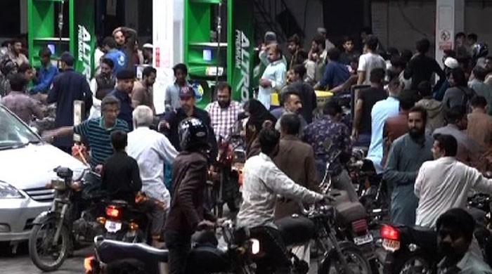 کراچی کے متعدد علاقوں میں پمپس پر پیٹرول نہ ملنے کی شکایات