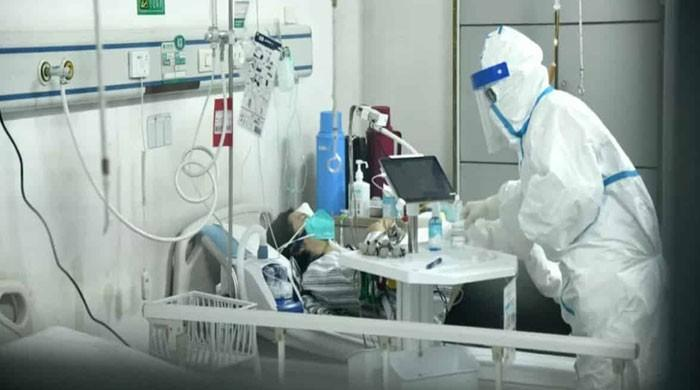 پشاور کے 2 بڑے اسپتالوں میں کورونا مریضوں کیلئے بیڈر اور وینٹی لیٹرز کم پڑگئے