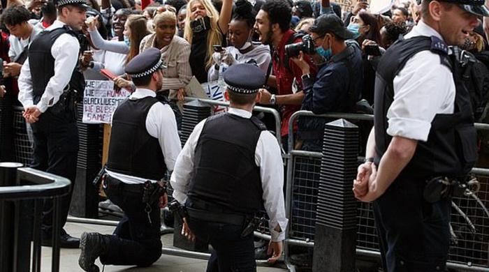 برطانوی فوج نے گھٹنے ٹیک کر اظہارِ یکجہتی کرنے پر پابندی عائد کردی
