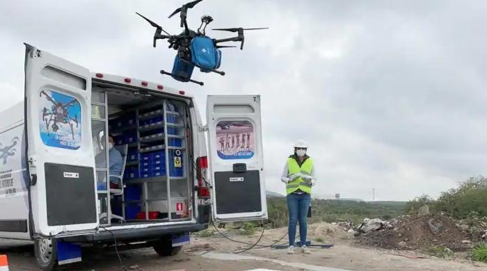 فیس ماسک، دستانے اور حفاظتی لباس کی 'ڈرون سروس' کے ذریعے ترسیل