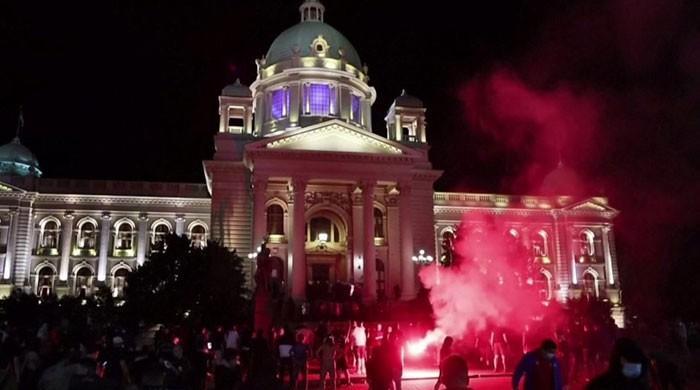 سربیا میں دوبارہ لاک ڈاؤن کے اعلان پر عوام مشتعل، پارلیمنٹ پر حملے کی کوشش
