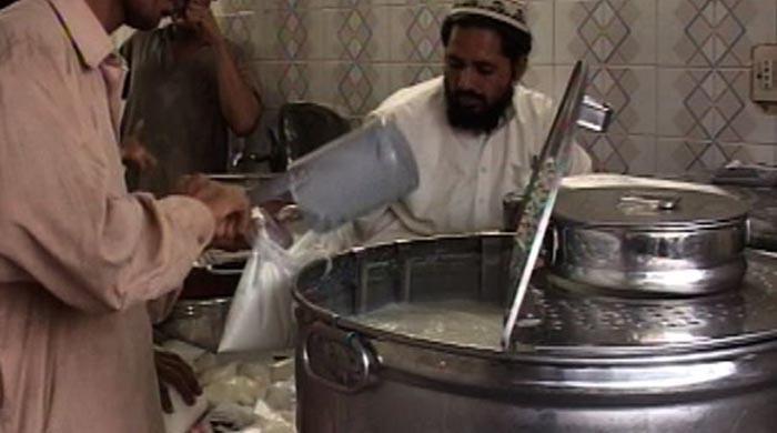 کراچی: مہنگا دودھ بیچنے والوں کے خلاف کریک ڈاؤن