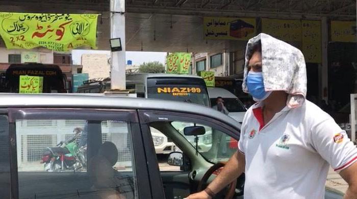 لاک ڈاؤن: کرکٹ کوچ عمران خٹک  نے ٹیکسی چلانا شروع کر دی
