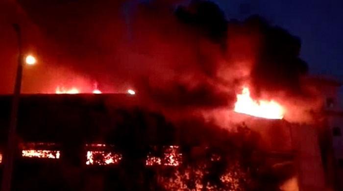 کراچی: لانڈھی میں آگ لگنے سے دو فیکٹریاں مکمل جل گئیں
