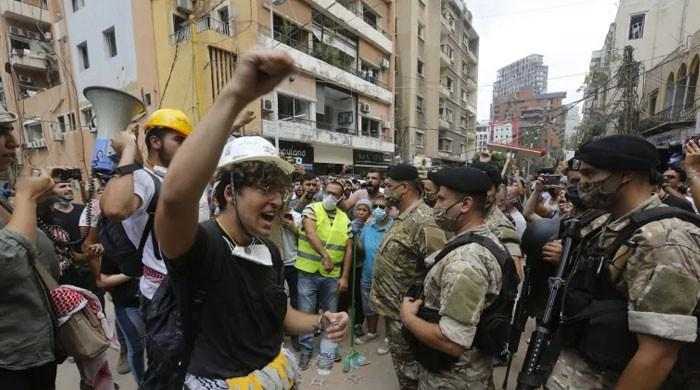 بیروت دھماکے: فرانسیسی صدر کا دورہ، عوام سڑکوں پر نکل آئی، 16 اہلکار گرفتار