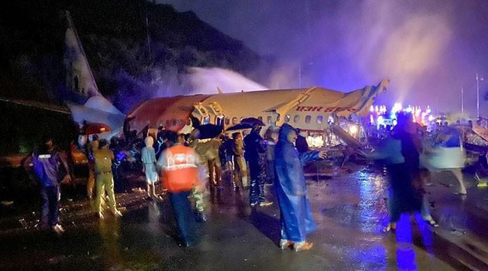 بھارت میں مسافر طیارہ لینڈنگ کے دوران 2 ٹکڑے ہوگیا، 16 افراد ہلاک