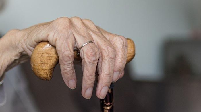 بیٹے نے کورونا وائرس لگنے پر 90 سالہ بوڑھی ماں کو جنگل میں پھینک دیا