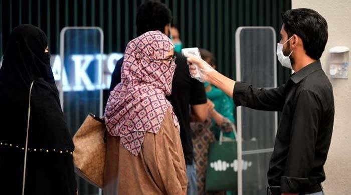 پاکستان میں کورونا سے متاثرہ 76 فیصد افراد کی عمر 50 سال سے کم رہی: رپورٹ