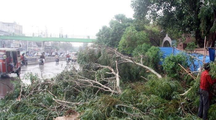 کراچی میں بارش کے دوران کرنٹ لگنے اور دیگر حادثات میں اموات کی تعداد 19 ہوگئی