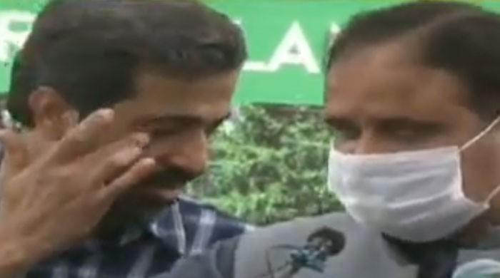 'نیب کے خلاف نہیں بولنا': وزیراعلیٰ پنجاب کے کان میں فیاض چوہان کی سرگوشی