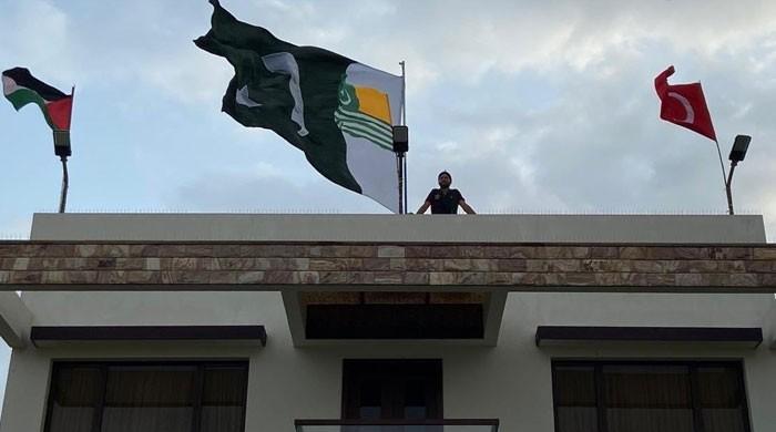 یوم آزادی: بوم بوم آفریدی نے گھر پر پاکستان کے ساتھ اور کن ممالک کے جھنڈے لگائے؟