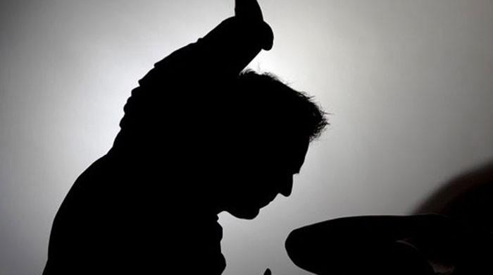 جن نکالنے کے نام پر جعلی عامل کے تشدد سے خاتون کی حالت غیر ہوگئی