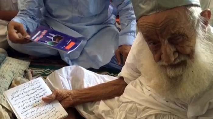 34 حج اور 45 عمرے کرنے والے 120 سالہ عالم دین مفتی جلال الدین جمالی سے ملیے
