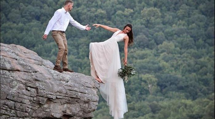 کچھ نیا کرنیکی کوشش؟ شادی پر اس خطرناک فوٹو کا انجام کیا ہوا؟