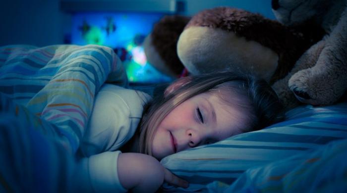 کس عمر کے بچے کو کس وقت سونا چاہیے؟
