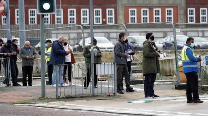انگلینڈ میں کورونا قوانین کی خلاف ورزی پر 10 ہزار پاونڈ تک جرمانہ ہوگا