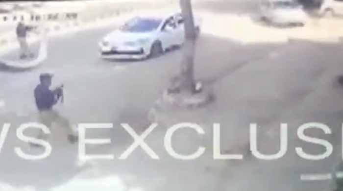 ویڈیو دیکھیں: کراچی میں پولیس اور ملزمان کا مقابلہ