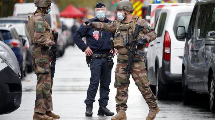 پیرس: گستاخانہ خاکے شائع کرنیوالے اخبار کے دفتر کے باہر ایک شخص کا چاقو سے حملہ