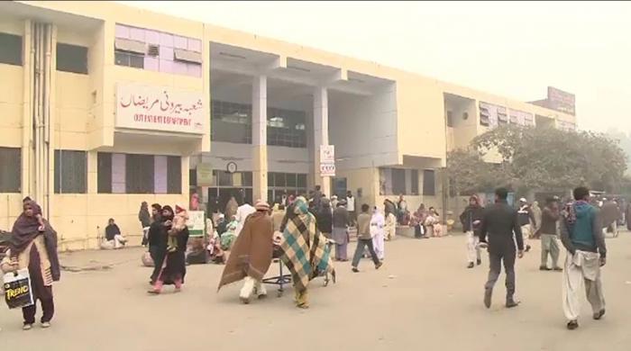 سول اسپتال فیصل آباد میں معمر خاتون کو علاج کے بغیر ہی وارڈ سے نکال دیا گیا