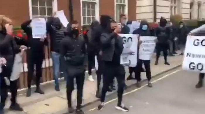 لندن میں نواز شریف کی رہائش گاہ کے باہر نقاب پوش افراد کا احتجاج