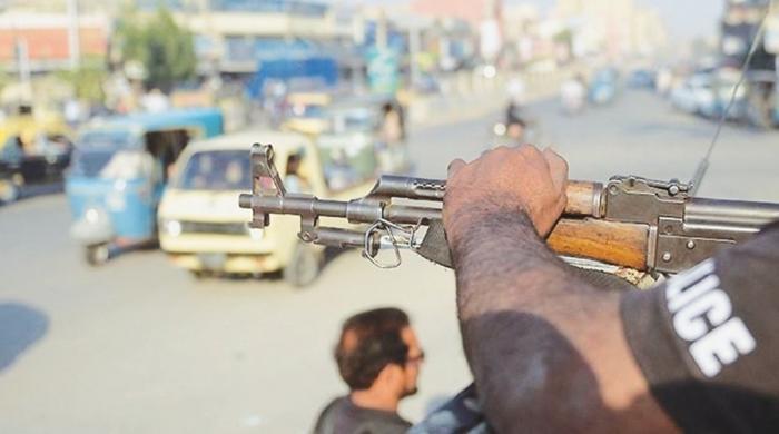 کراچی میں پولیس اہلکاروں سے اسلحہ چھیننے کی وارداتیں بڑھ گئیں
