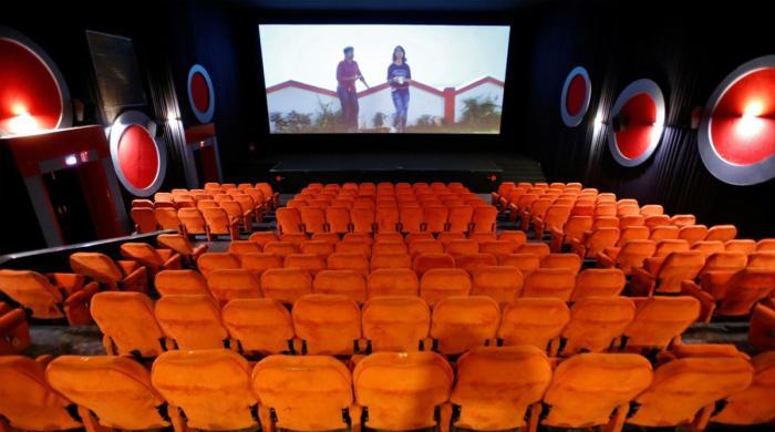 بھارت میں سنیما کھل گئے، فلمیں ریلیز کیوں نہیں ہورہیں؟