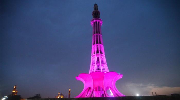 چھاتی کے سرطان سے آگاہی کیلئے مینار پاکستان گلابی روشنیوں سے سج گیا