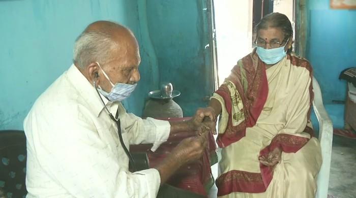 60 سال سے سائیکل پر سفر  کر کے غریبوں کا مفت علاج کرنے والا 87 سالہ ڈاکٹر