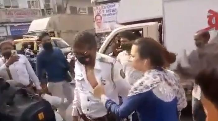 ویڈیو: بھارت میں ٹریفک پولیس اہلکار کی خاتون کے ہاتھوں درگت