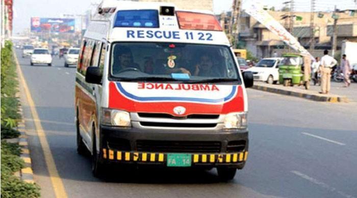 چکوال : مسافر وین پر ڈمپر الٹنے سے 6 افراد جاں بحق ہوگئے