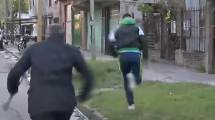 ویڈیو— لائیو جانے سے چند سیکنڈز پہلے چور رپورٹر کا فون لے اُڑا