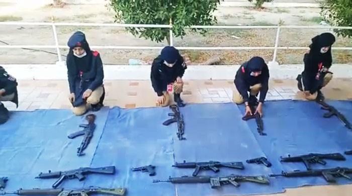 'ان لیڈی کانسٹیبلز کیلئے خطرناک ہتھیار کھلونے سے کم نہیں'