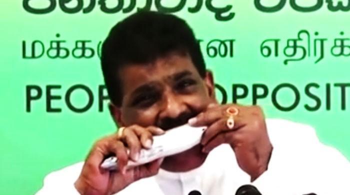 سری لنکن سیاستدان نے پریس کانفرنس کے دوران کچی مچھلی کیوں کھائی؟